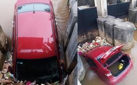Ô tô Hyundai lao xuống kênh, bị nước cuốn trôi rồi mắc kẹt ở kè đập