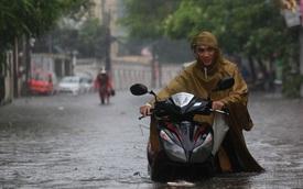 Người Hà Nội bì bõm trong cơn mưa lớn, nhiều tuyến phố ngập nặng