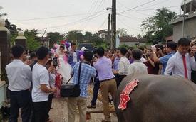 Trong ngày cưới, xe rước dâu của chú rể khiến cả xóm làng xôn xao, thích thú