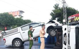 Xe bán tải đâm lật xe tải như phim hành động