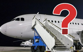 Đố bạn biết vì sao hành khách luôn phải lên hoặc xuống máy bay bằng cửa bên trái?