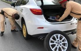 2 chiến sĩ CSGT giải cứu nữ tài xế bị xịt lốp ô tô giữa đường khiến dân mạng nhấn like nhiệt tình