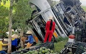 Hàng tấn trái cây tràn xuống đường, người dân nhặt giúp tài xế không sót quả nào