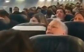 Máy bay hỏng động cơ giữa trời, hành khách nắm tay nhau... uống rượu