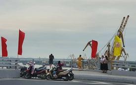 Người dân vô tư dừng xe, chụp ảnh trên cầu Hoàng Văn Thụ hơn 2.000 tỉ