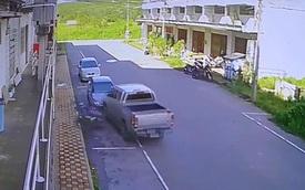 Không quan sát, xe bán tải gây họa cho 4 xe rồi bỏ chạy