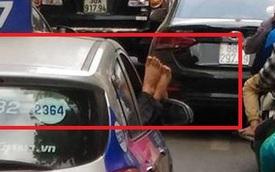 Hình ảnh 'thượng đế' thò đôi chân kém duyên từ cửa xe taxi ở Hà Nội