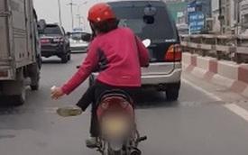 Clip: Nín thở cảnh người phụ nữ vắt chéo chân đi xe máy giữa đường, co gối lách giữa 2 ô tô như làm xiếc