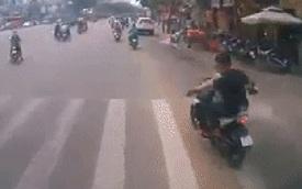 """Clip: Đi xe máy chặn đầu """"cà khịa"""" xe tải, 2 người đàn ông ngang ngược nhận cái kết đắng"""