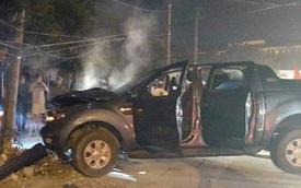 """""""Đi bão"""" mừng U22 Việt Nam chiến thắng, xe bán tải đâm gãy cột điện, 2 người bị thương"""