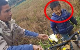 Lỡ lao xe đạp xuống ruộng trong ngày lạnh buốt giá, cậu bé khóc thét vì hoảng sợ