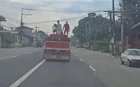 Hãi hùng 3 đứa trẻ đứng chênh vênh trên thùng xe tải đang chạy