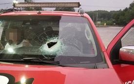 Tài xế thất kinh khi bị xe tải chạy ngược chiều ném đá, vỡ kính trước ô tô