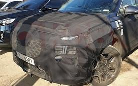 'Xe hot' Hyundai Santa Fe bất ngờ lộ diện phiên bản mới: Đèn pha lớn hơn, nội thất như 'đàn anh' Palisade
