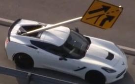 Corvette đen nhất thế giới: Tai nạn liên hoàn tận đâu không biết nhưng bị biển báo bay tới cắm vào đuôi xe nhưng phản ứng của tài xế mới gây bất ngờ