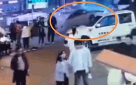 """Khoảnh khắc kinh hoàng: Nữ tài xế không bằng lái """"bay thẳng"""" vào toà nhà ven đường, hiện trường tan nát khiến nhiều người hoảng loạn"""