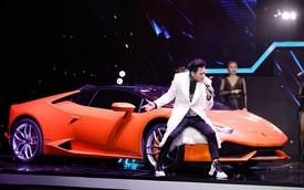 Nguyên Vũ đem siêu xe lên sân khấu, mang cả dàn trai đẹp theo chỉ để... xách đồ