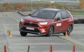 Mẫu xe Toyota bán chạy này không vượt qua được bài thử đánh lái của chuyên gia