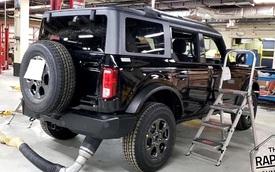 Ford Bronco hoàn chỉnh tiếp tục lộ diện: Không khác gì Defender thời hoàng kim