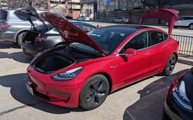 """Triển lãm xe hiếm hoi tổ chức mùa Covid-19 nhưng cấm Tesla, fan cuồng tự làm """"gian trưng bày"""" ngay ngoài sự kiện"""