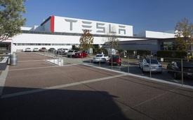 """Các hãng xe Mỹ đối diện """"thù trong giặc ngoài"""" ép đóng cửa nhà máy vì COVID-19"""