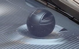 'Siêu xe gia đình' Koenigsegg Gemera và vật thể lạ trên táp-lô