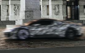 Bá đạo như Maserati: Lộ ảnh xe mới nhoè nhoẹt nhưng bức tượng phía sau mới là đỉnh cao cà khịa