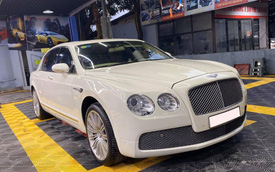 Lột xác ấn tượng, chiếc Bentley giá 2,5 tỷ khiến cư dân mạng 'ngã ngửa' với màn hình 'tàu' trong nội thất