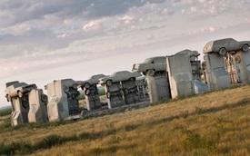 Bãi xe Carhenge: Bản sao Stonehenge khổng lồ với những chiếc ô tô cắm đầu xuống đất giữa hư không