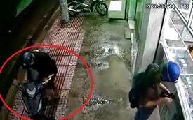 Clip: Dựng xe vào hiệu thuốc, người đàn ông không biết chuyện tồi tệ diễn ra sau lưng