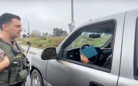 Chuyện lạ: Người vi phạm giao thông được cảnh sát thưởng tiền