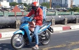 Thấy vết dầu nhớt tràn trên đường, thanh niên chạy xe ôm có hành động đẹp ngay ngày đầu năm mới
