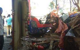 Tránh đàn bò, xe giường nằm mất lái lao vào đâm sập nhà dân