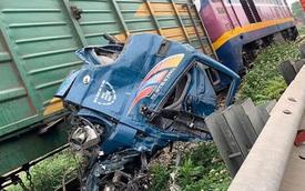 CLIP: Xe tải lao qua mũi tàu hỏa đang chạy, chi tiết barie đặc biệt gây chú ý