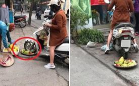 Bức xúc người phụ nữ cán nát mẹt hoa quả của cô bán hàng rong vì ngồi chắn cửa