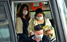 Sợ dịch bệnh do virus Corona, người dân đến sân bay Tân Sơn Nhất, bến xe đều đeo khẩu trang kín mít