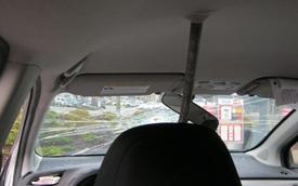 Đang lái xe bon bon, bỗng bị thanh sắt lạ bay vào đâm thủng kính chắn gió