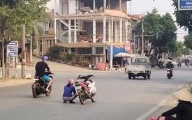 Người phụ nữ nhảy xuống xe ngồi giữa đường, rồi có hành động khiến ai đi qua cũng thắc mắc