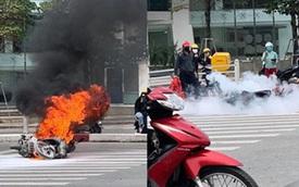Xe máy bất ngờ cháy thành than giữa phố Hà Nội, khung xe trơ trọi gây ám ảnh