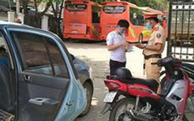 Phát hiện tài xế chở khách từ Hà Nội về Nghệ An bất chấp lệnh cấm