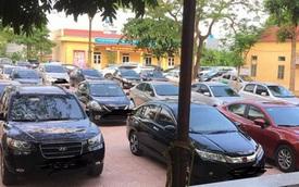 Xôn xao dàn xế hộp đắt tiền đỗ kín sân trường trong buổi họp phụ huynh ở Bắc Giang
