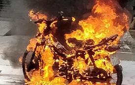 Xe máy bốc cháy ngùn ngụt khi đang lưu thông giữa đường phố