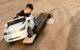 """Choáng với cậu bé 5 tuổi biết lùi xe, quay đầu như 1 tay lái thực thụ, dân mạng vỗ tay khen rào rào """"Đúng là tài không đợi tuổi!"""""""
