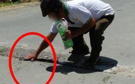 Dừng xe máy giữa trời nắng, người đàn ông có hành động lạ khiến bao người chú ý