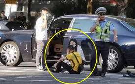 Đâm trúng xế hiệu Rolls Royce, nam shipper bất lực ngồi khóc khiến nữ tài xế phải xuống an ủi