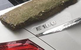 """""""Phiến đá rêu xanh"""" nằm chềnh ềnh trên đuôi xe Mercedes tiền tỷ, nghi do nguyên nhân rất phổ biến với các tài xế"""