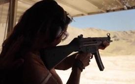 Thú vui của dân Mỹ: Bắn nổ tung ô tô ở sa mạc ở gần Las Vegas