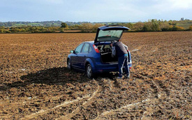 Đưa bạn gái vào ô tô tâm sự, sáng hôm sau anh chàng gọi cho đội cứu hộ với lý do dở khóc dở cười