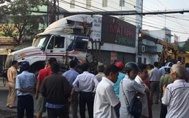 Bình Dương: Nhân viên đường sắt ngủ quên không gác chắn, xe container bị tàu hoả tông đứt rời