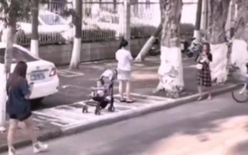 """Để con ngồi trên xe đẩy trên vỉa hè rồi ung dung lướt điện thoại, mẹ không ngờ """"tử thần"""" ngay bên cạnh bé"""